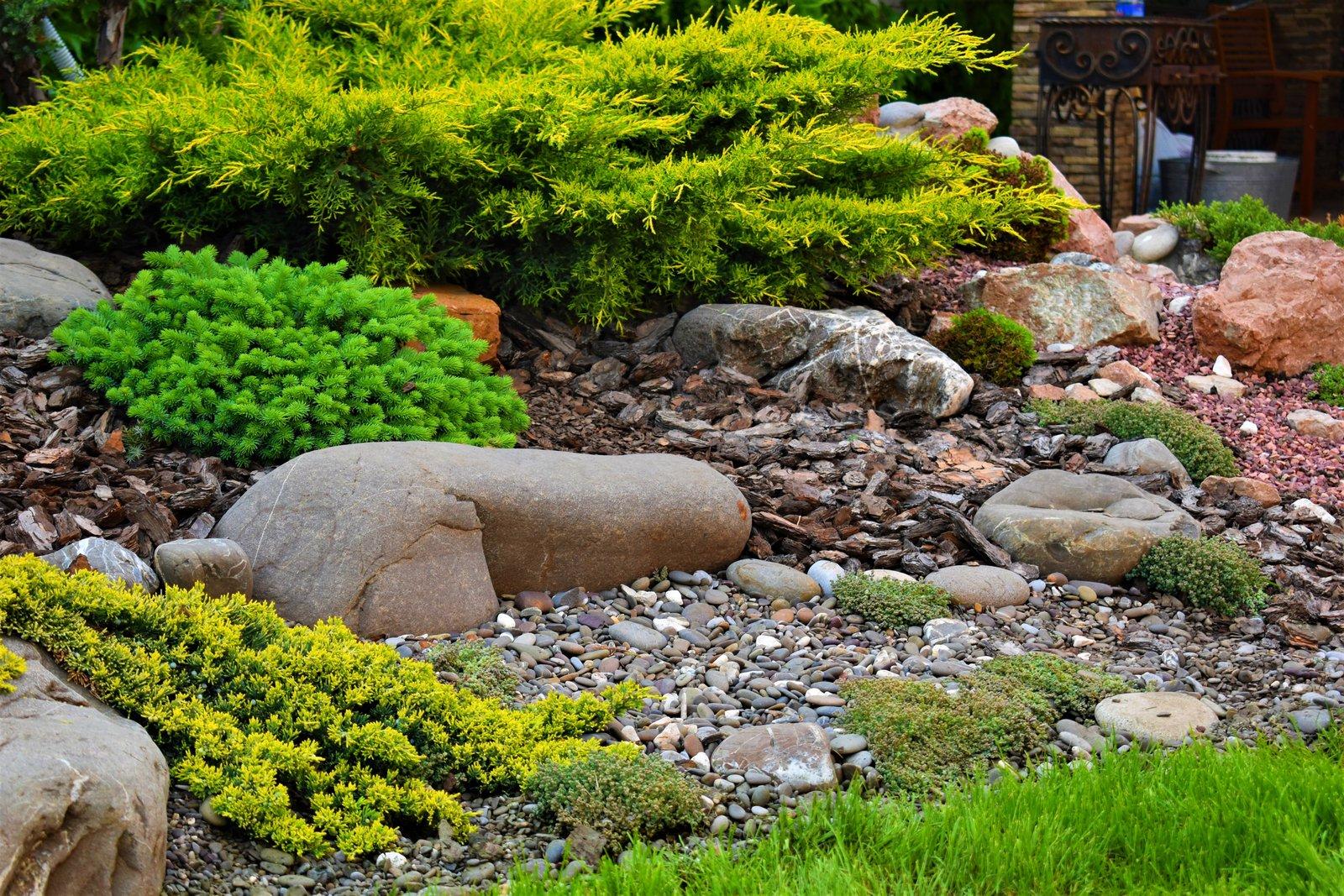 склон с камнями в ландшафтном дизайне фото поставить парочку