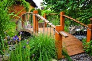 Мостик через водоем пруд, востик в саду на даче, деревянный мостик в саду для водоема, ландшафтный дизайн