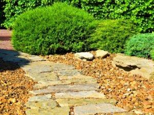 Укладка дорожек, создать дорожку в саду из дикого камня, мощение природным камнем, ландшафтный дизайн