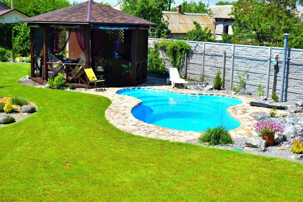 бассейн возле беседки, строительство беседок и бассейнов, беседка газон бассейн, ландшафтный дизайн