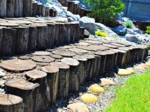 деревянная подпорная стенка, устройство подпорных стен из дерева, подпорная стена из дерева, ландшафтный дизайн