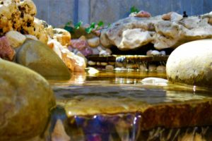 каскад, бегущая вода из под камня, вода из под камня, ландшафтный дизайн