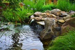 каскадный водопад, перепад воды с каскада в пруд, два озера, ландшафтный дизайн