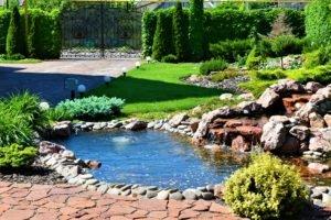 водоем, газон на фоне мраморного водоема, водоем из мрамора, ландшафтный дизайн