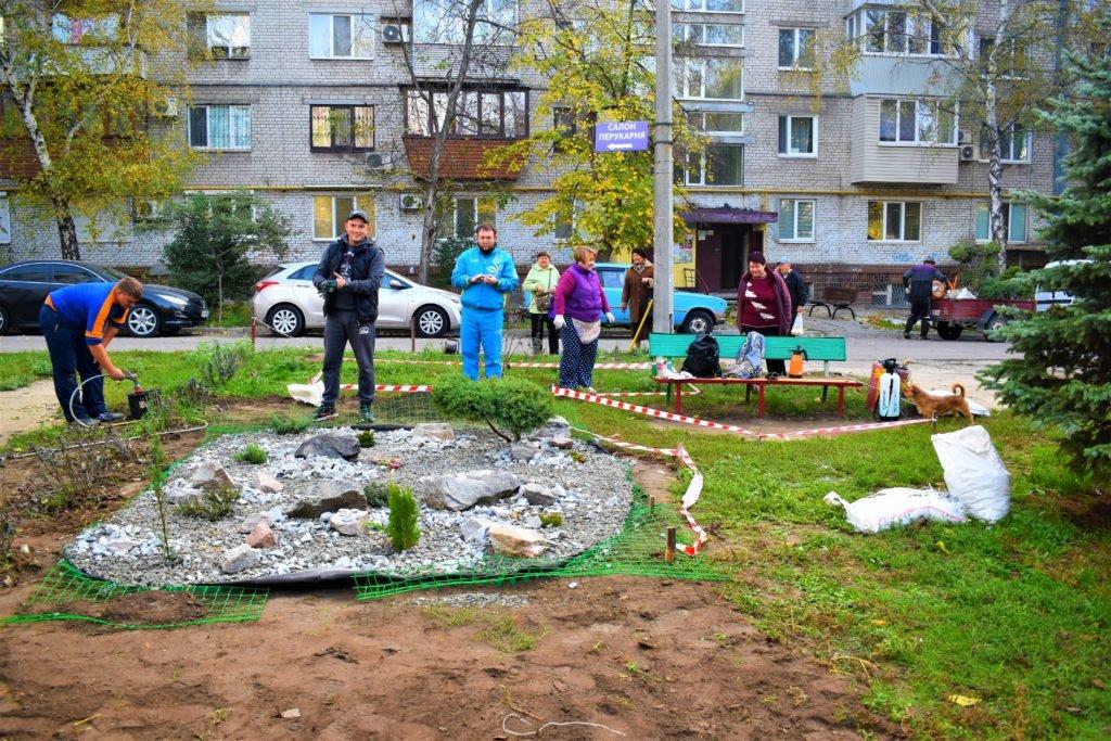 озеленение многоэтажных домов Запорожье, красивые дворы в Запорожье, как создать альпийскую горку