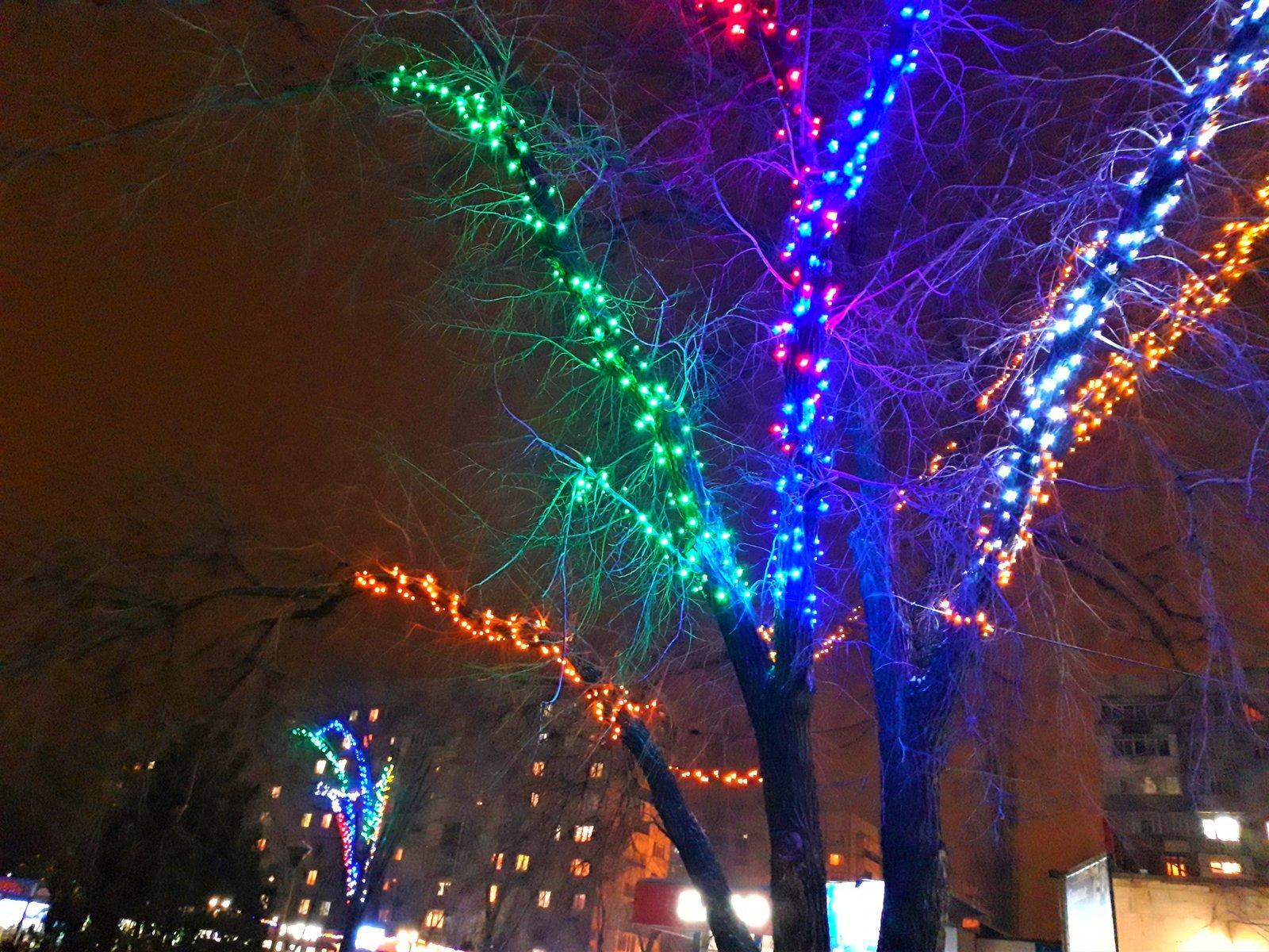 монтаж гирлянд Мелитополь, установка гирлянд на новый год Мелитополь, украсить гирляндами дерево перед магазином Мелитополь, украсить кафе гирляндами Мелитополь