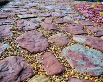 мощение красного кварцита, природные дорожки из камня, укладка дорожек из камня, ландшафтный дизайн